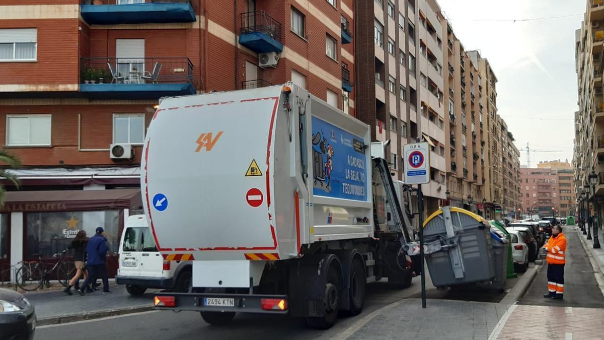 Un camió de recollida de residus a València.