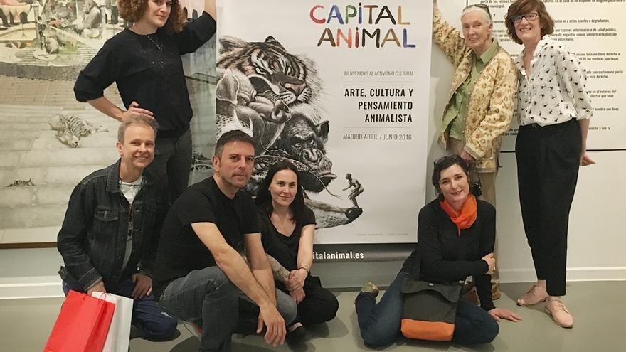 Jane Goodall posa con un cartel de Capital Animal junto a parte del equipo de la plataforma; la directora de La Casa Encendida, Lucía Casani; y la artista Amparo Garrido, con cuyos gorilas posó también la primatóloga en la exposición 'Animalista. Representación, Violencias y Respuestas'.