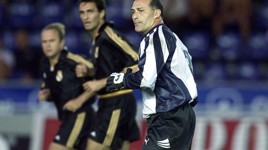 Manolo López, en su etapa como portero del CD Tenerife durante un amistoso contra el Real Madrid