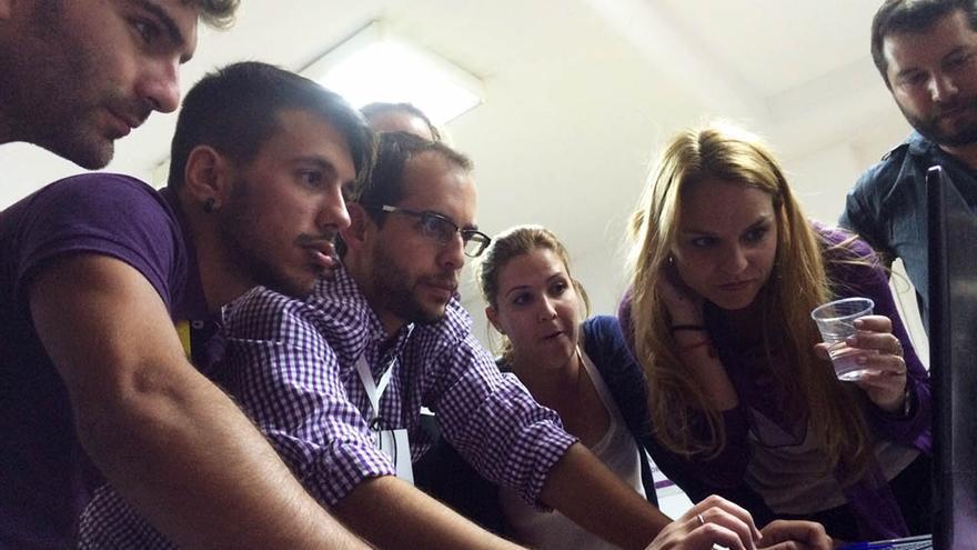 Miembros de Podemos y periodistas siguen el escrutinio del 24M.
