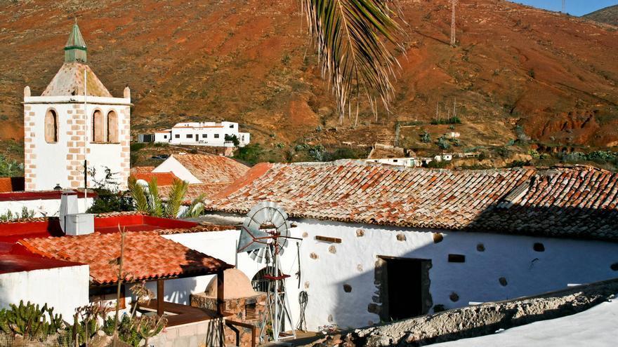 La torre de la antigua Catedral sobresale de entre los tejados del centro de Betancuria, en Fuerteventura. VIAJAR AHORA