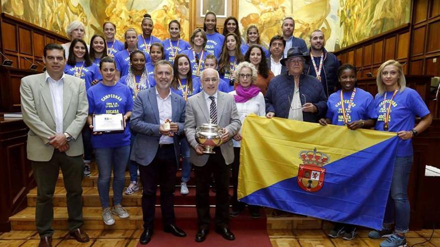 El presidente del Cabildo de Gran Canaria, Antonio Morales (c), y el consejero de Deportes, Ángel Víctor Torres (4i), recibieron a las jugadoras y el equipo técnico del Rocasa Gran Canaria tras alzarse con la Copa de la Reina