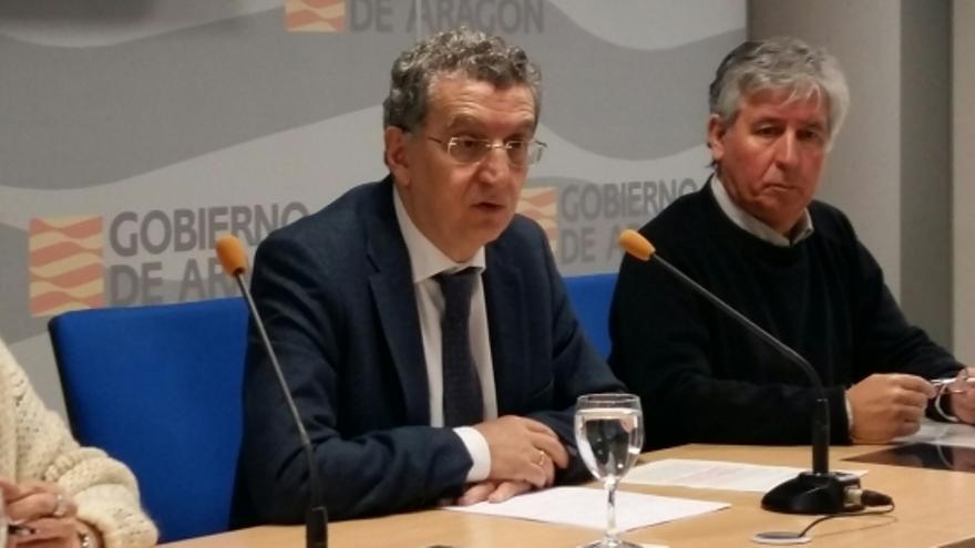 En el centro, el consejero de Sanidad del Gobierno de Aragón, Sebastián Celaya.