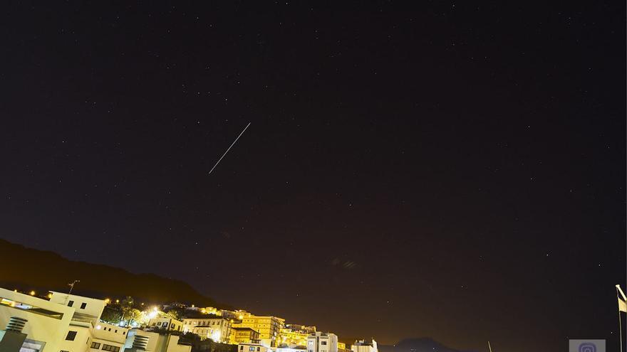 La Estación Espacial Internacional (el trazo continuo), en la noche de este domingo, sobre el cielo de La Palma