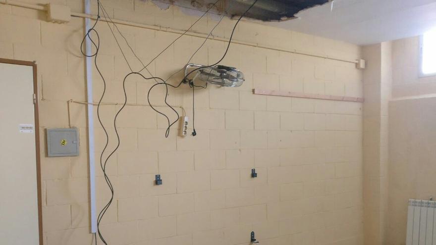 Imagen del aula donde se cayó parte del techo.