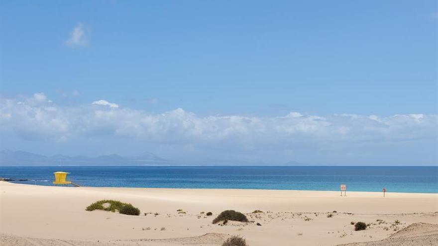 La playa de Corralejo, en la isla de Fuerteventura, permanece desierta. EFE/ Carlos De Saá