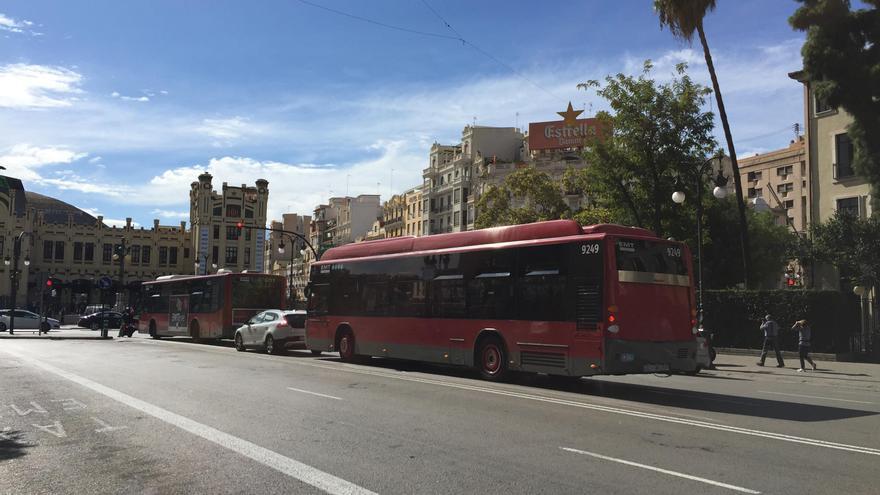 Autobuses de la EMT en la calle de Marques de Sotelo