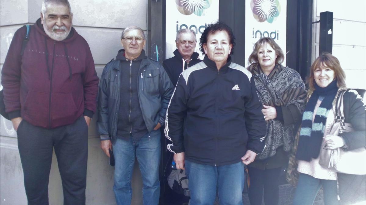 Hugo Daivez (izquierda) y otros miembros del Movimiento de Trabajadores Desocupados con más de 30 años de Aportes en las oficinas de Inadi