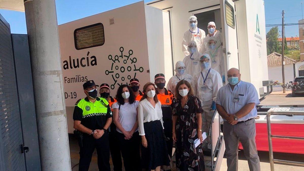 Autoridades y servicios de emergencia en Montoro con la unidad de cribado de Covid.