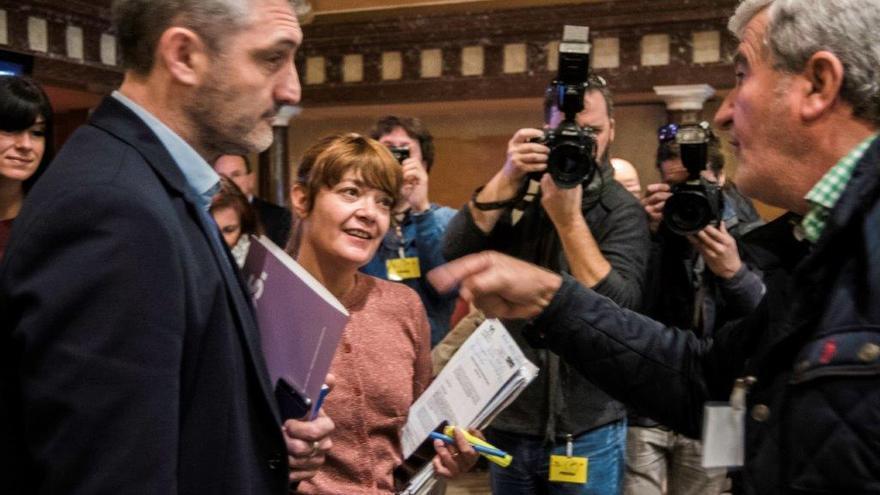 Los diputados de Podemos Óscar Urralburu y María Giménez debaten con Santiago Martínez Gabaldón, presidente de Fecoam/ CARLOS TRENOR