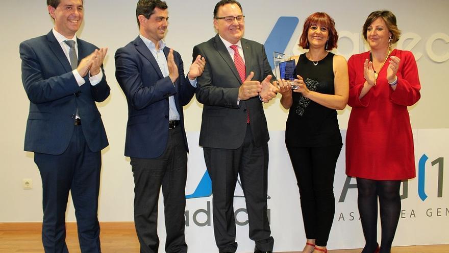 La presidenta de la Asociación de la prensa recibiendo el reconocimiento por parte de ADECA