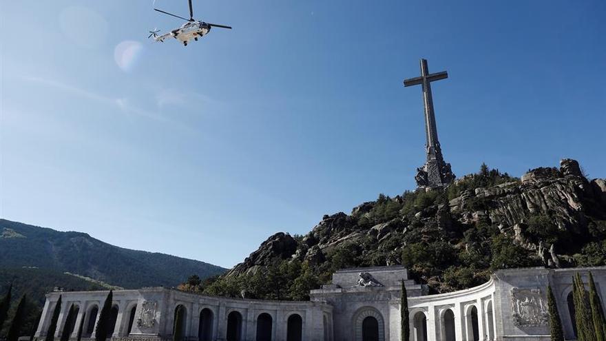 Vista del helicóptero que traslada los restos de Francisco Franco tras su exhumación del Valle de los Caídos