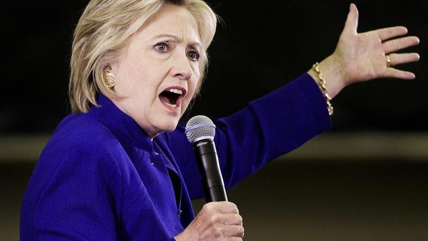 Clinton dice que el plan económico de Trump llevará a EE.UU. a la recesión