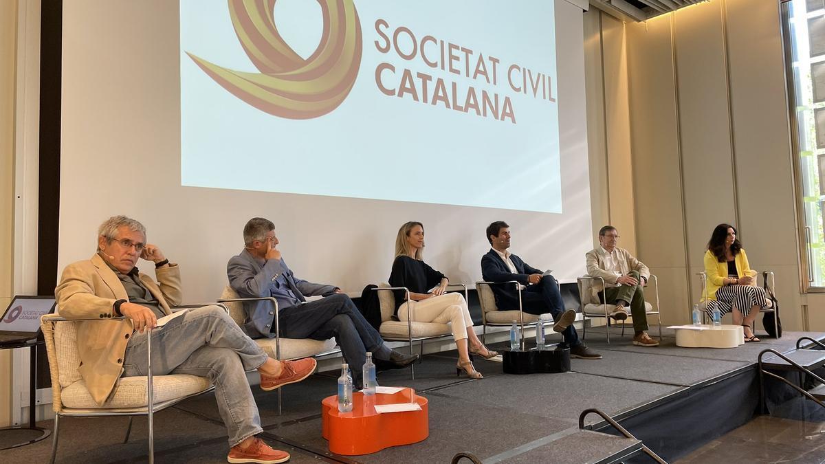 Participantes en el acto de Societat Civil Catalana sobre los indultos