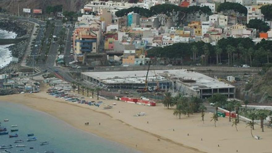 Instalaciones del Mamotreto en la playa de Las Teresitas