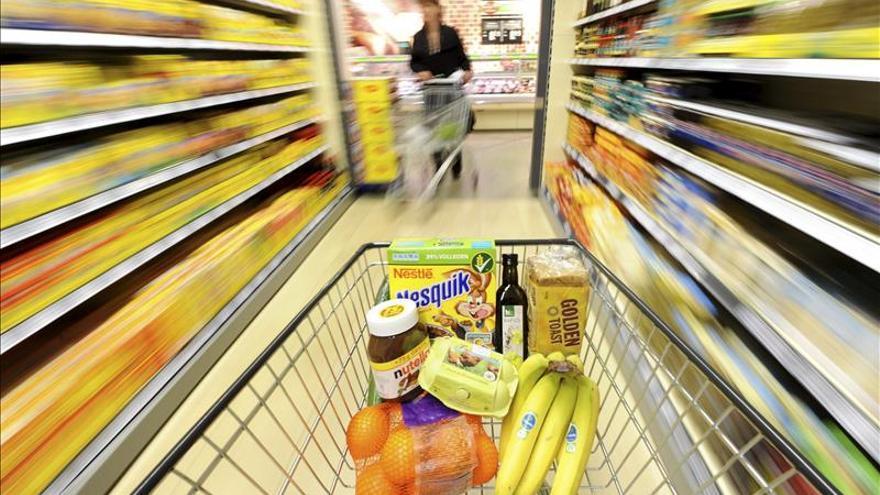 Imagen de archico de un carrito de la compra en un pasillo de un supermercado.