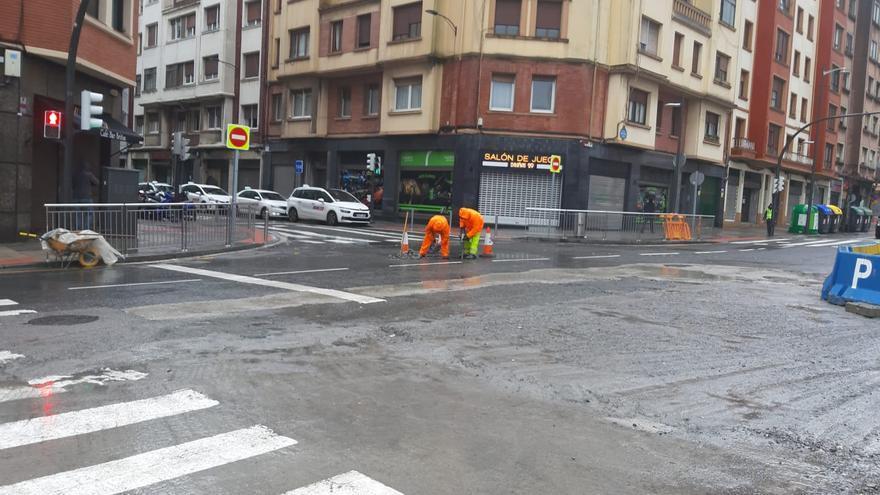 Obreros asfaltando este lunes la calle de Pérez Galdós, en Bilbao