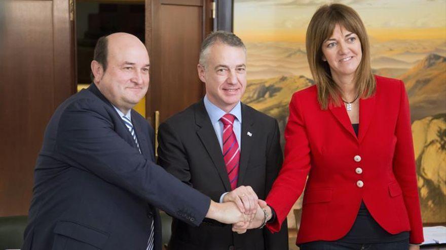 Andoni Ortuzar, Iñigo Urkullu e Idoia Mendía en la firma del acuerdo de gobierno del 2016