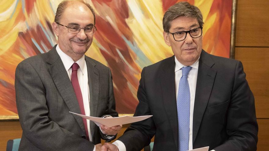 Javier Lambán (izqda) y Arturo Aliaga (dcha) en el momento de la firma del acuerdo de gobernabilidad en Aragón