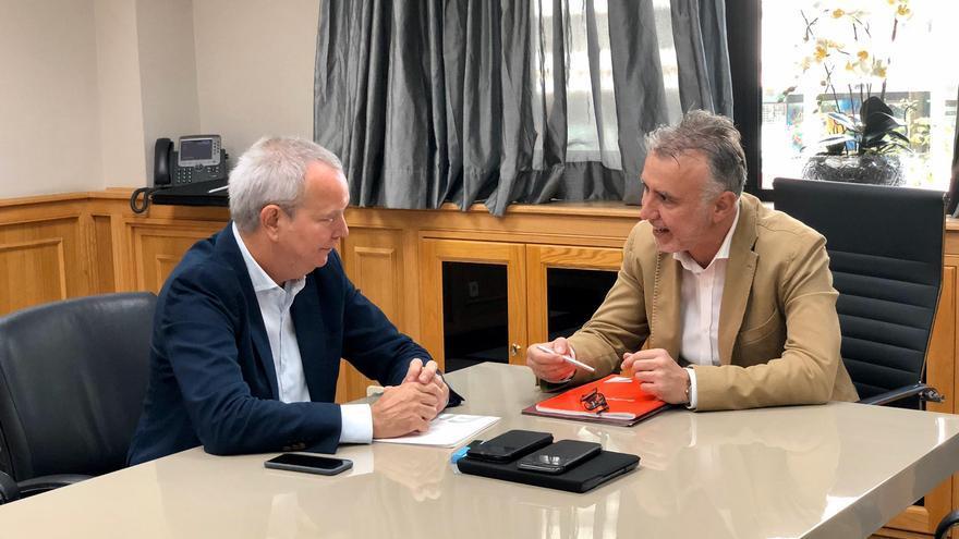El consejero de Obras Públicas, Vivienda y Transportes, Sebastián Franquis, y el presidente del Gobierno de Canarias, Ángel Víctor Torres.