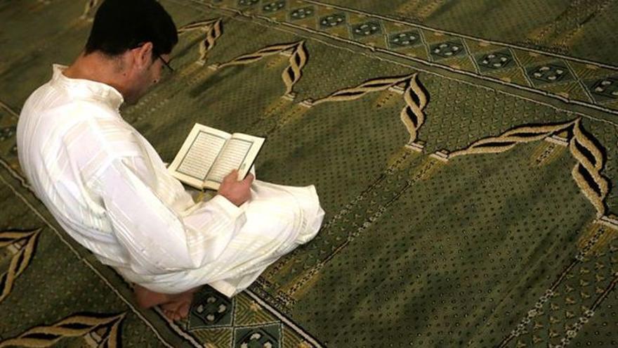 Un hombre en el interior de una mezquita