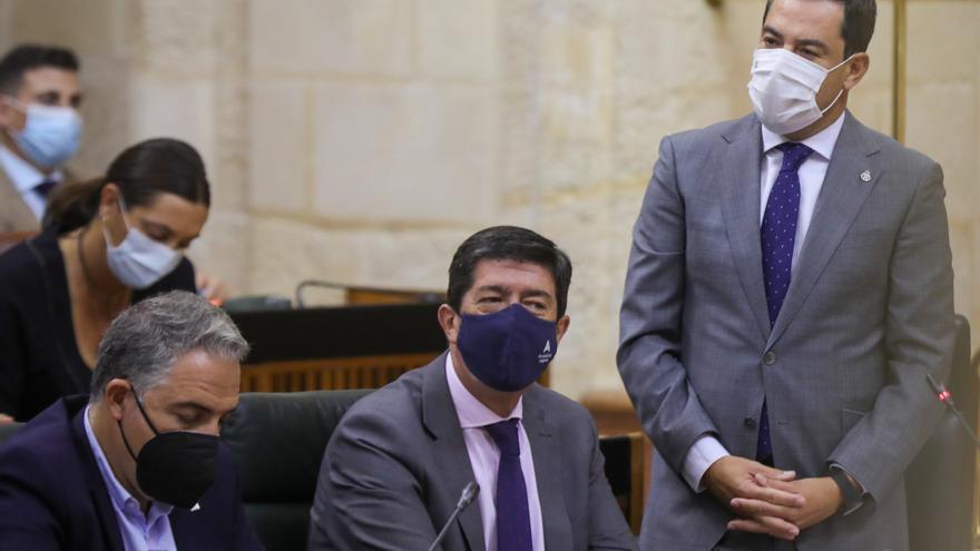 El presidente de la Junta, Juanma Moreno (d), junto al vicepresidente de la Junta, Juan Marín (i), durante su intervención en la sesión de control al Gobierno en la segunda jornada del Pleno del Parlamento de Andalucía. A 30 de septiembre de 2021
