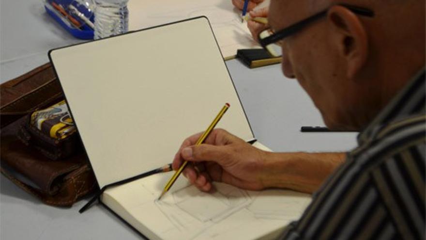 Alumno dibujando un bodegón en el Centro Cívico Suárez Naranjo
