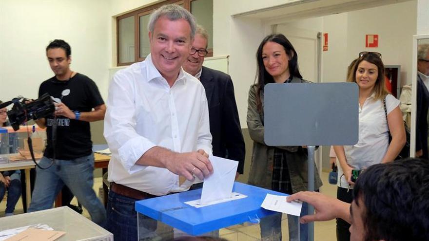 El candidato del Psoe/Nueva Canarias al Congreso, Sebastián Franquis, vota en un colegio electoral de Las Palmas de Gran Canaria. EFE/Ángel Medina G.