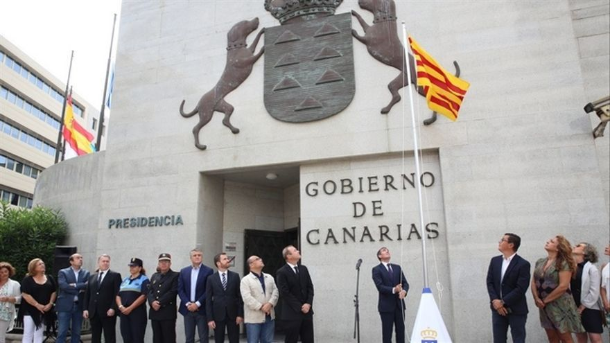 Fernando Clavijo izando la bandera de Cataluña frente a la sede de Presidencia del Gobierno de Canarias