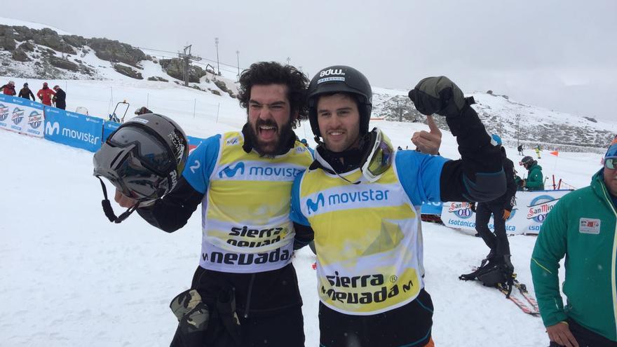 Regino Hernández y Lucas Eguibar celebran la plata obtenida por equipos.