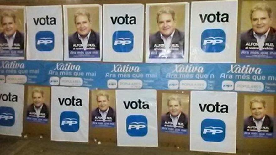 El PP de Xàtiva ha pegado carteles de Rus en sus espacios electorales