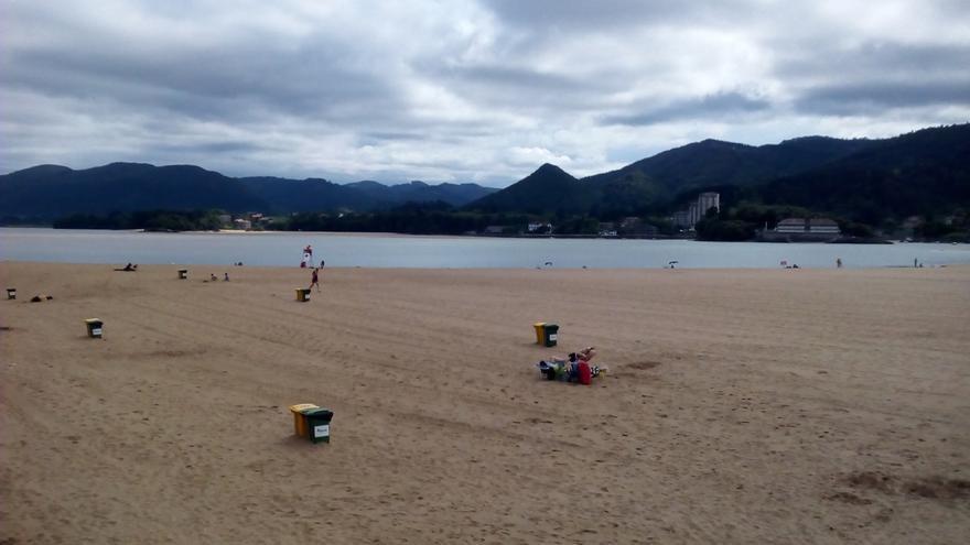 Todas las playas de Bizkaia permiten el baño este domingo, aunque en ocho de ellas se pide precaución