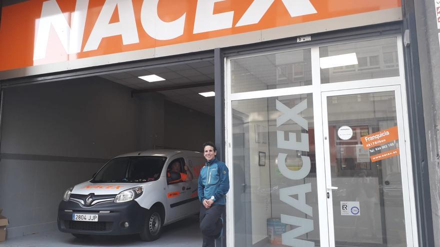 Ismail Razga, frente a su nuevo trabajo, la empresa de paquetería Nacex