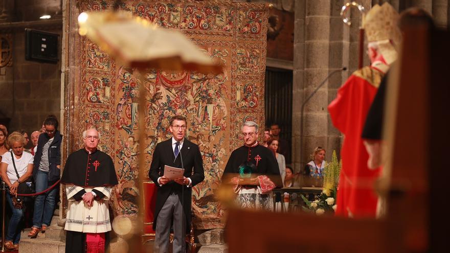 Feijóo, durante la ofrenda en la Catedral de Santiago