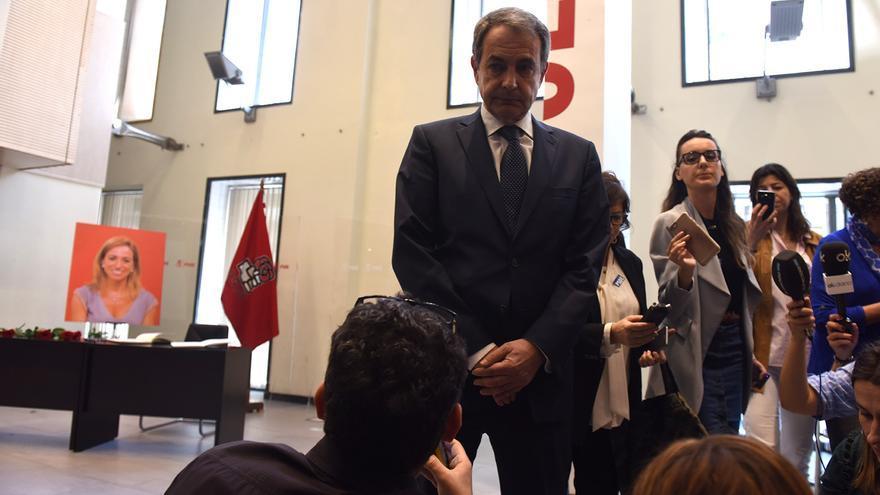 El expresidente José Luis Rodríguez Zapatero, en la capilla ardiente de Carme Chacón