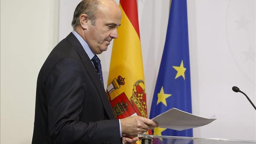De Guindos avisa de que la salida de depósitos de Grecia puede causar un accidente