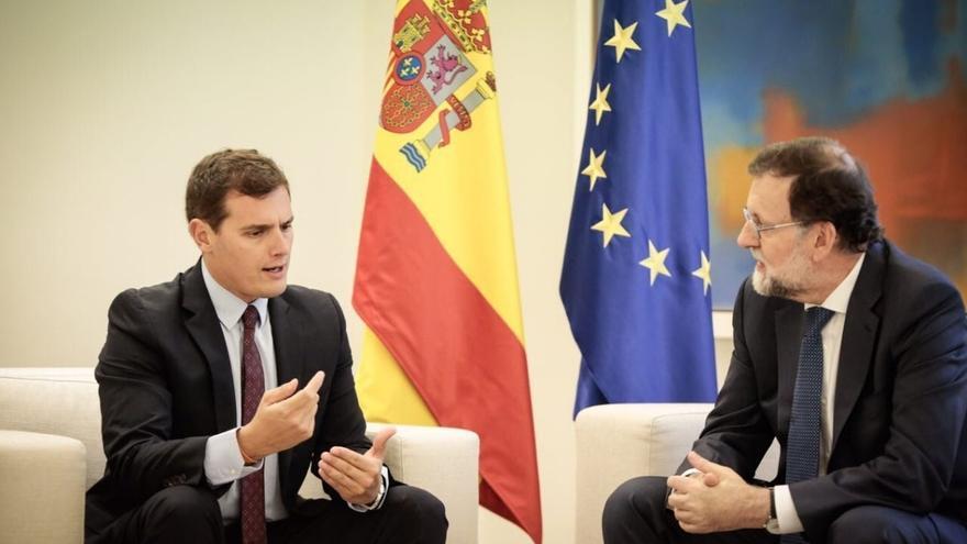 Rajoy acepta estudiar la moción de censura a Puigdemont de Cs