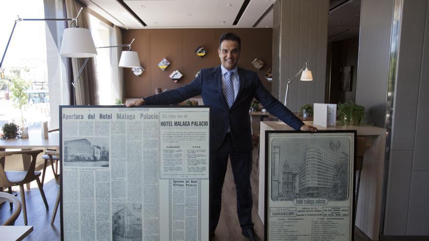 Jorge González, director del hotel, posa con viejos recortes de prensa.