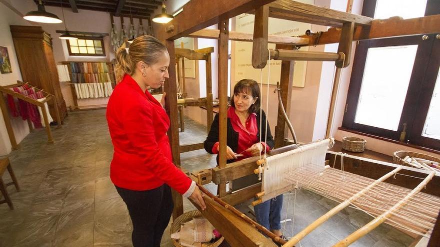 La Palma contará con un stand propio dedicado a histórica labor que en la Isla se realiza con la seda.