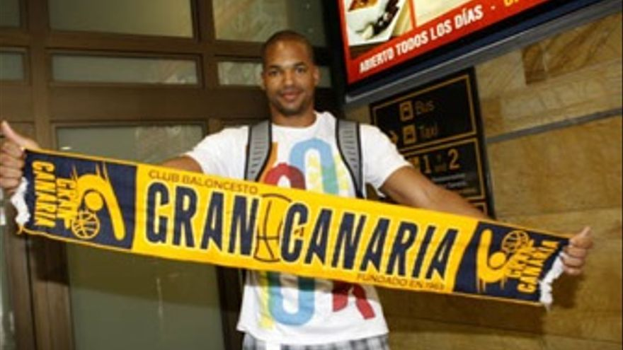 Eulis Báez luce con la bufanda del Gran Canaria a su llegada a la isla. (cbgrancanaria.net)