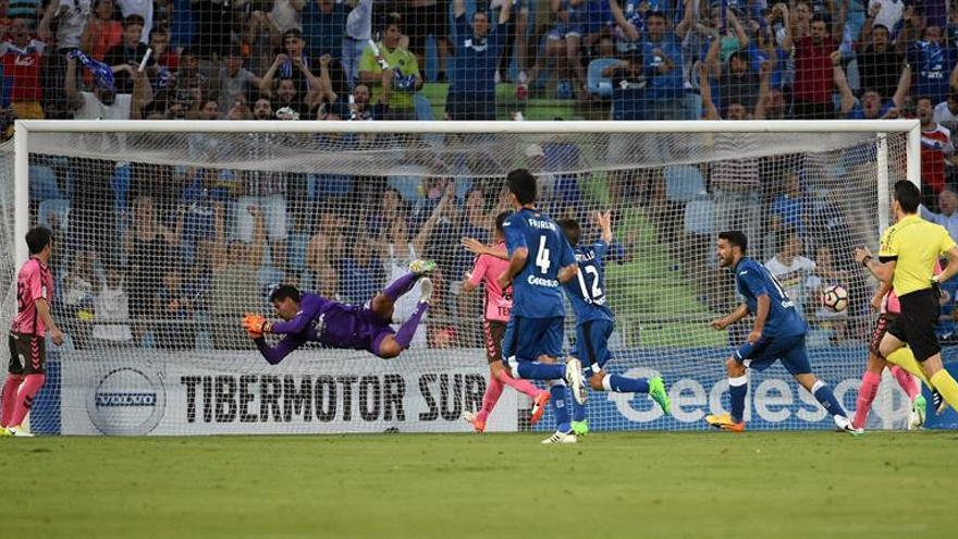 Tercer gol del Getafe ante el Tenerife en el Coliseum Alfonso Pérez de Getafe. EFE/Fernando Villar
