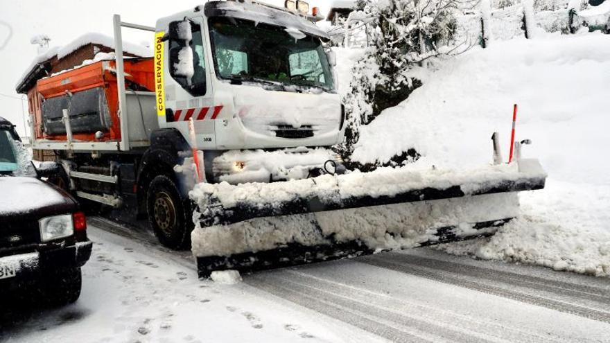 Siguen las complicaciones en sesenta carreteras secundarias por el frío