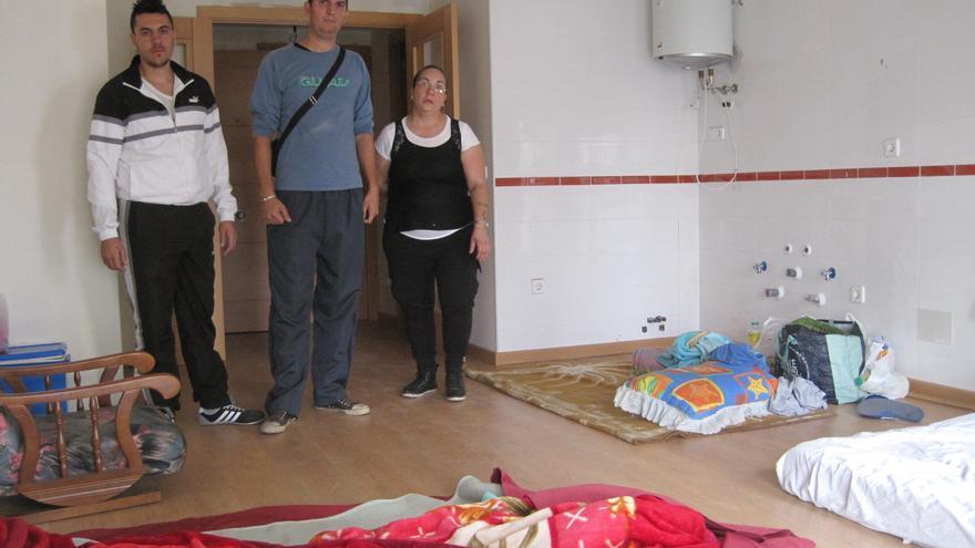 Uno de los pisos del edificio vacío que han ocupado once familias en Córdoba.