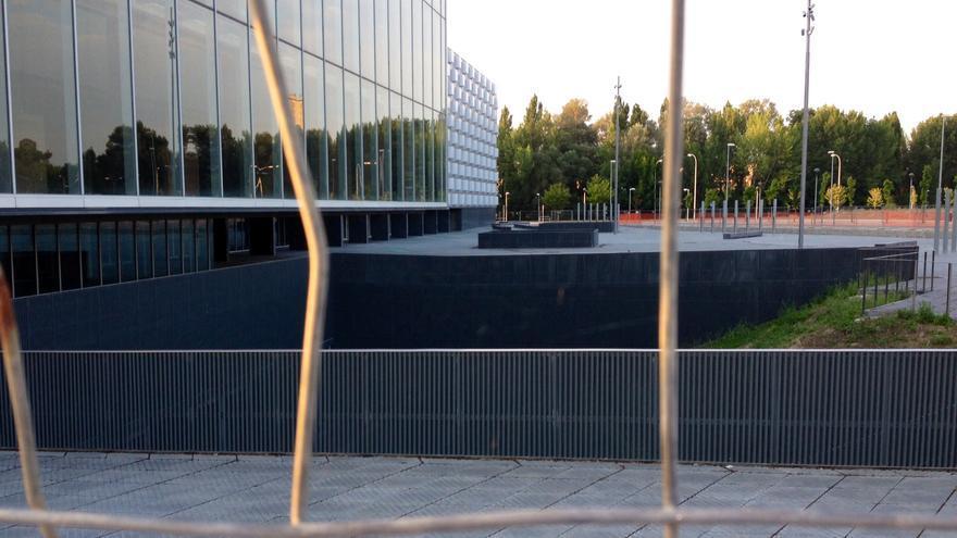 El pabellón Reyno Arena, visto tras la valla.