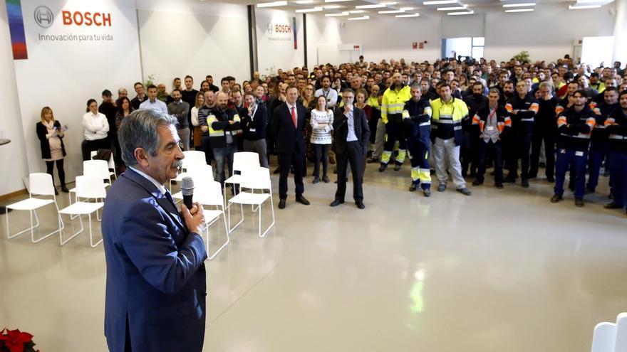 """Revilla elogia la """"fuerza, la identidad con la empresa y la juventud"""" de la plantilla de BSH de Santander"""