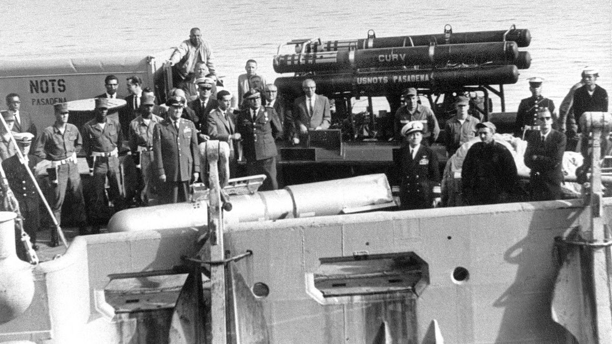 Militares estadounidenses contemplan, a bordo del buque 'Petrel', la última bomba nuclear rescatada del mar.