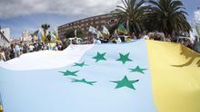 Bandera de las siete estrellas verdes en una marcha por la independencia canaria
