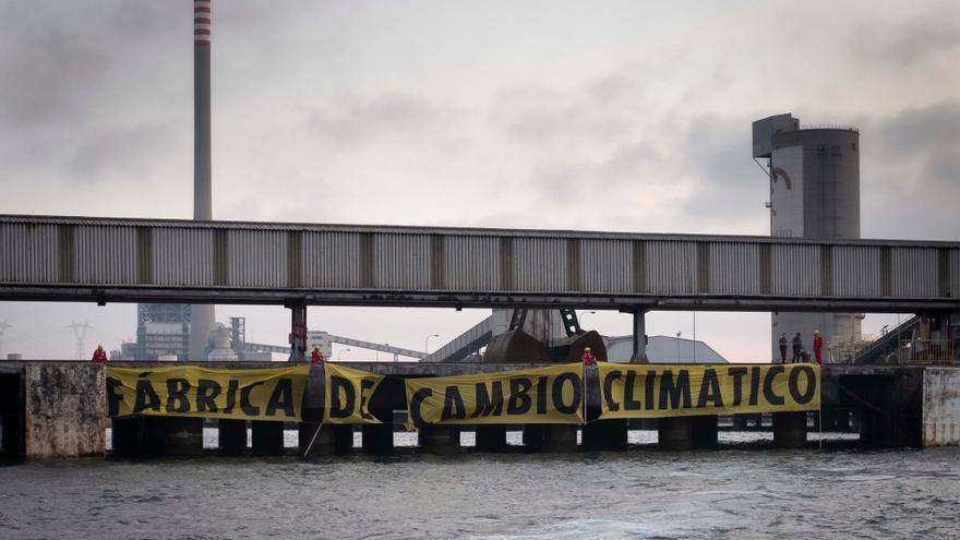 Greenpeace reclama el cierre de la central térmica de Los Barrios en Algeciras (Cádiz)