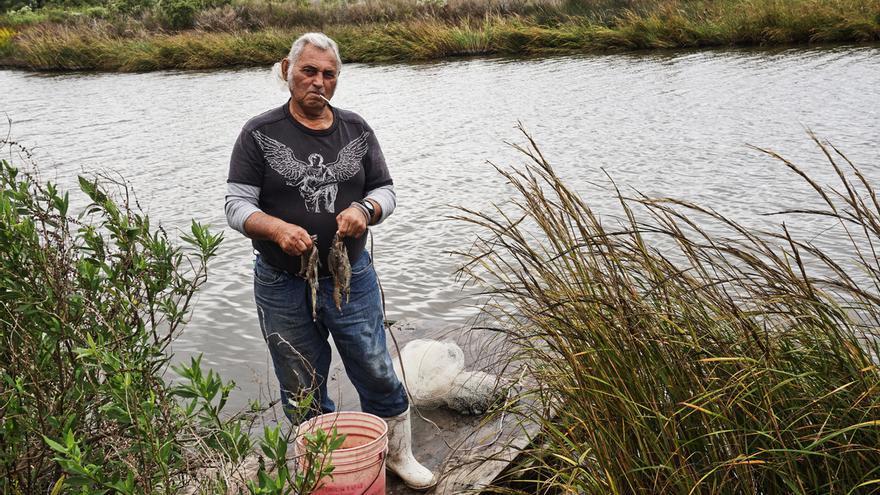 Un pescador, miembro de la tribu de los Biloxi Chitimacha Choctaw y residente en la isla desde que nació