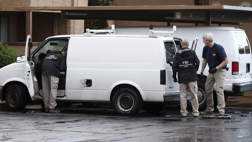 El FBI registra la casa de un hermano del autor del tiroteo en California